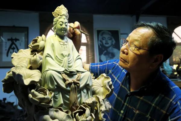 和石湾陶塑大师玩转陶艺是一种什么样的体验?玖龙玺告诉您!